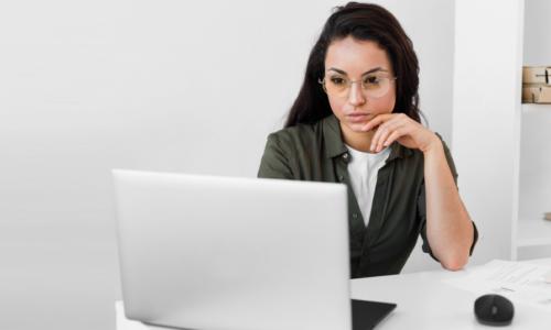 Millennials buscan trabajo por Internet